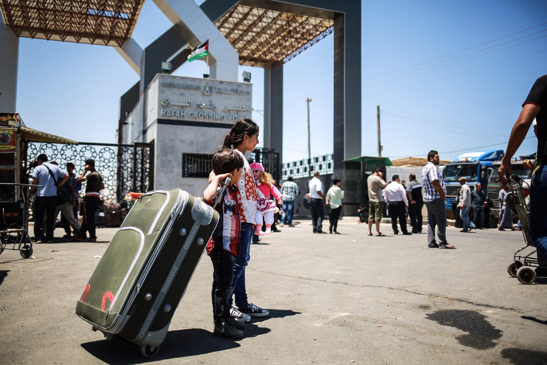 العالقون بمصر يعبرون الى غزة ومقتل جندي اسرائيلي بالضفة