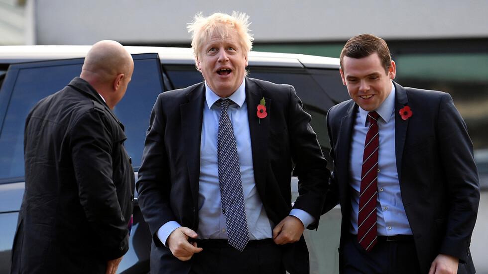 استقالة وزير بالحكومة على خلفية خرق مستشار جونسون للعزل