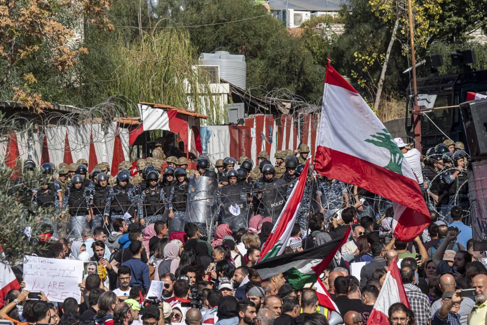 لبنانيون يحتجون على قانون يتضمن العفو عن المبعدين إلى اسرائيل
