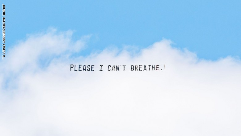 عبارة جورج فلويد الاخيرة على لوحات طائرة فوق المدن الاميركية