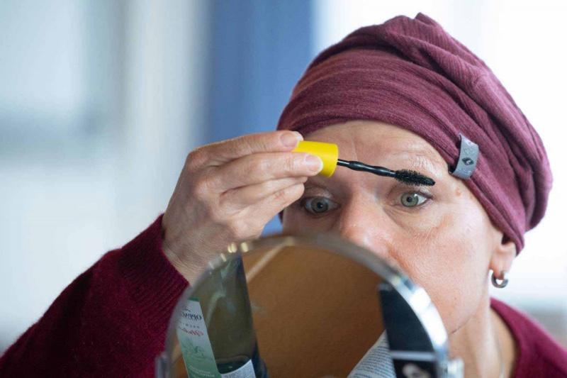 سيدات في ألمانيا يحاربن السرطان بأقلام الكحل وبودرة التجميل
