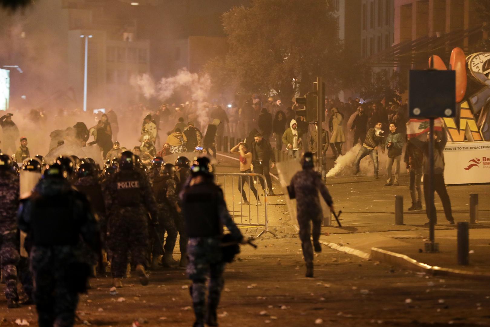 مواجهات بين المتظاهرين اللبنانيين وقوى الأمن وسط بيروت