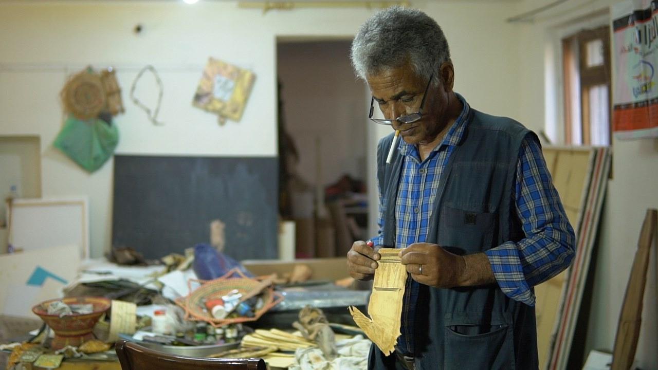 فنان تشكيلي يمني يحول المهملات والخردوات إلى لوحات فنية جمالية