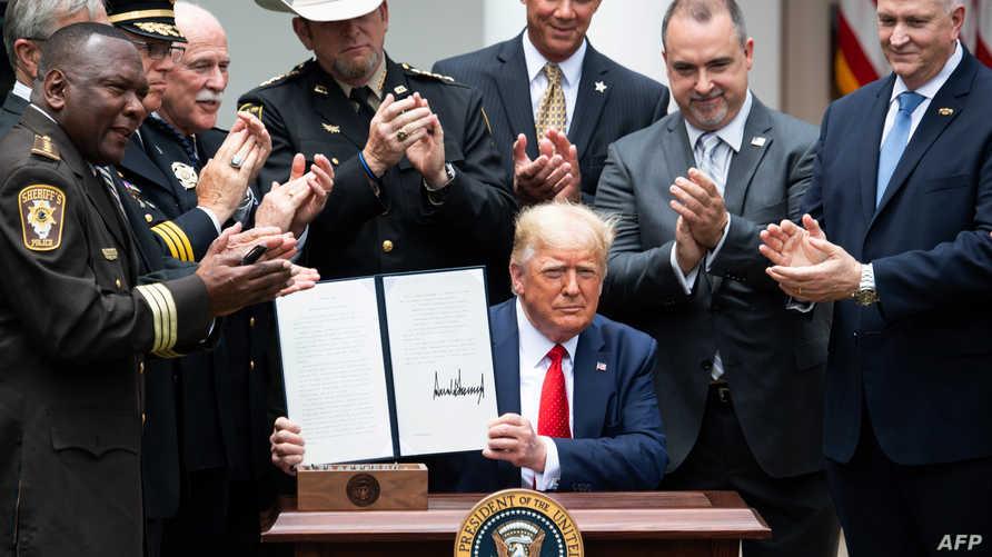 ترامب يوقع امرأ تنفيذيا بشأن إصلاحات محدودة في جهاز الشرطة