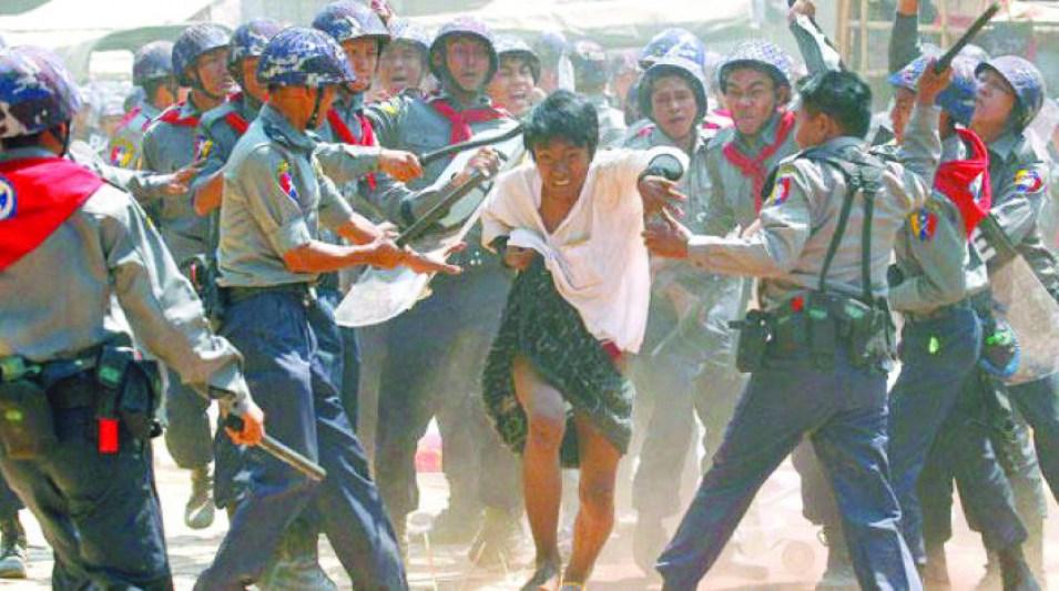 """الآلاف يفرون من جيش ميانمار بعد بدء""""عملية تطهير""""بولاية راخين"""
