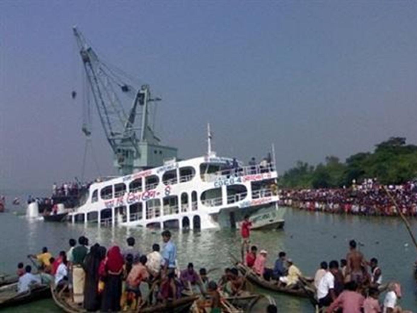 تأكد وفاة 29شخصا بعد انقلاب عبارة في نهر في بنجلادش