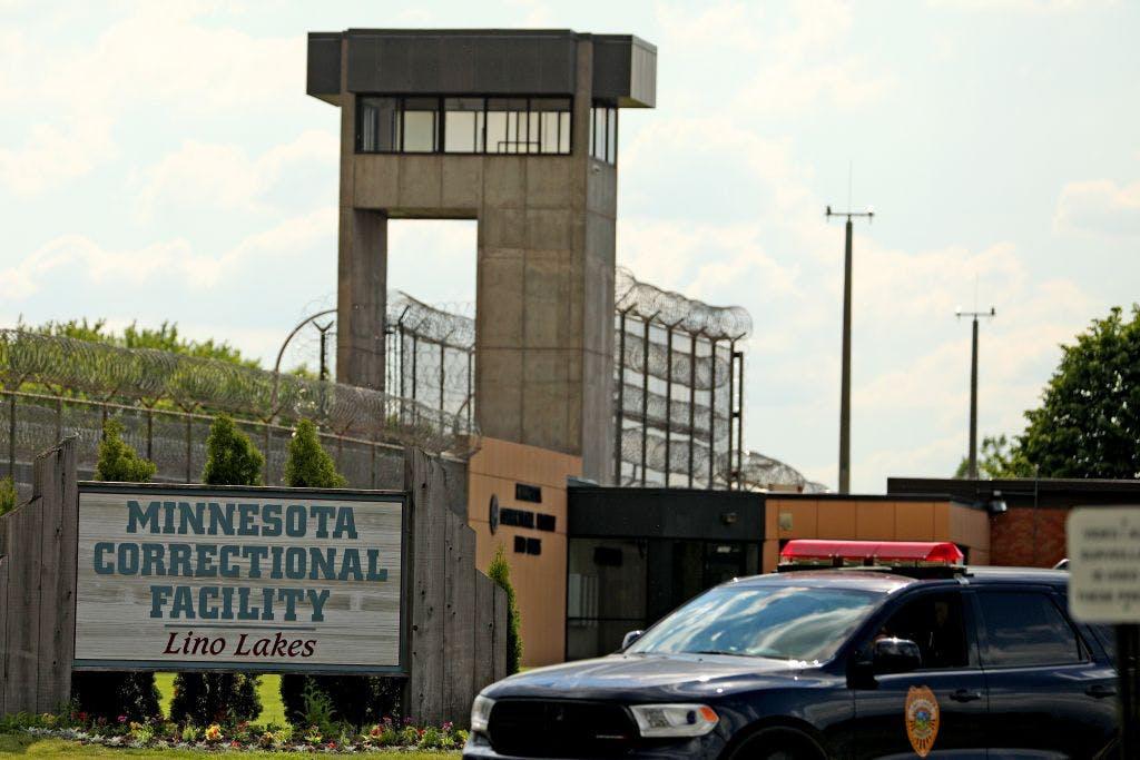 كما في الافلام ..سجين يهاجم حارسيه بالمحكمة ويخطف سيارة للهروب