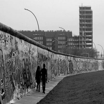 سور برلين بين التقاط الصور السيلفي واحترام الذاكرة التاريخية