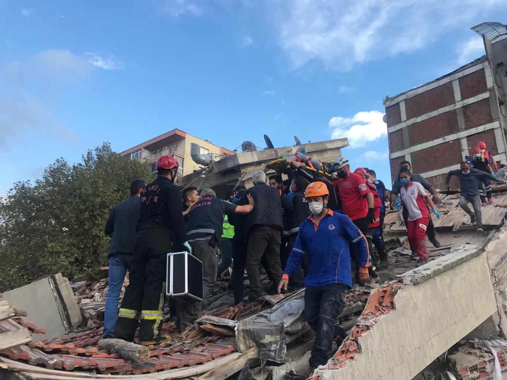فيضانات وانهيار ابنية عقب زلزال بحري قبالة ازمير التركية