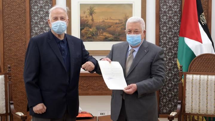 محمود عباس مع رئيس لجنة الانتخابات المركزية حنا ناصر ( وفا)