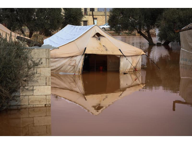 مخيمات الشمال المحرر تغرق والموت يحيط بالعائلات ويخطف أطفالهم