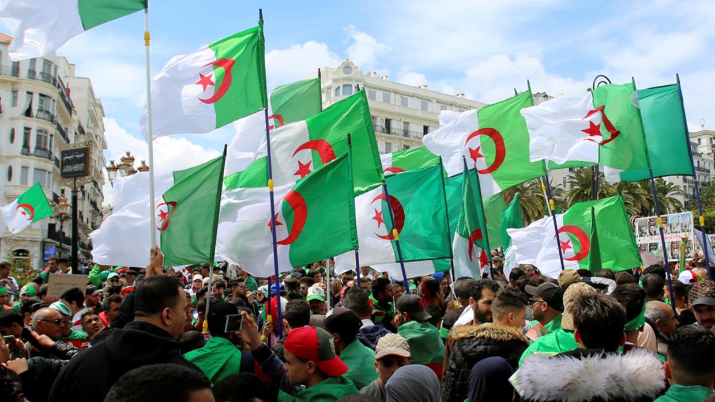آلاف الجزائريين يتظاهرون بعدة مدن إثر استئناف مسيرات الحراك