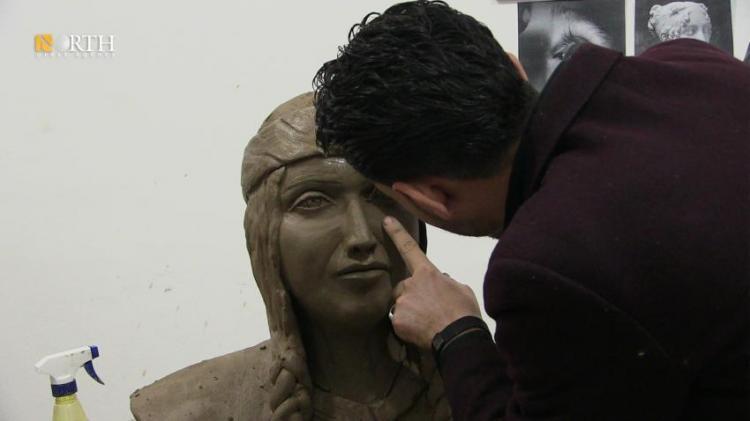 فنان سوري يعيد تجسيد معالم الرقة من بابها الاثري