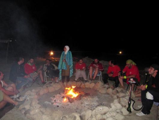 التجمع حول نار المخيم في المساء قد يمثل مصدر إلهام للثقافة البشرية