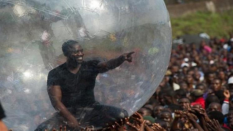 """ايكون يغني من داخل بالون كي لا يصاب بالـ """"إيبولا"""""""