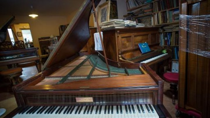 """""""ميتم"""" لالات البيانو في فرنسا يعيد زائره الى ازمان ماضية"""