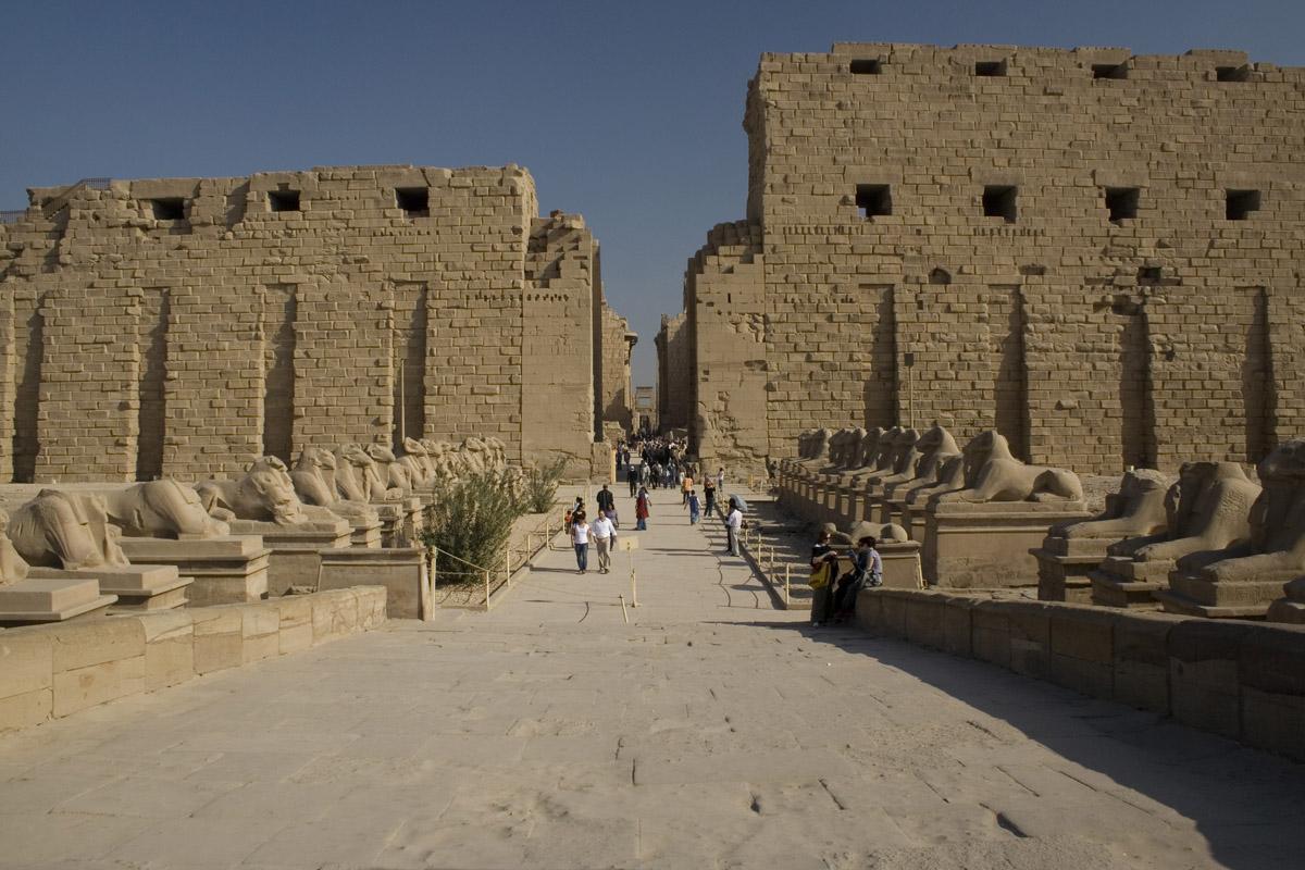 العثور على خبيئة جديدة من التماثيل بمعابد الكرنك شرق الأقصر