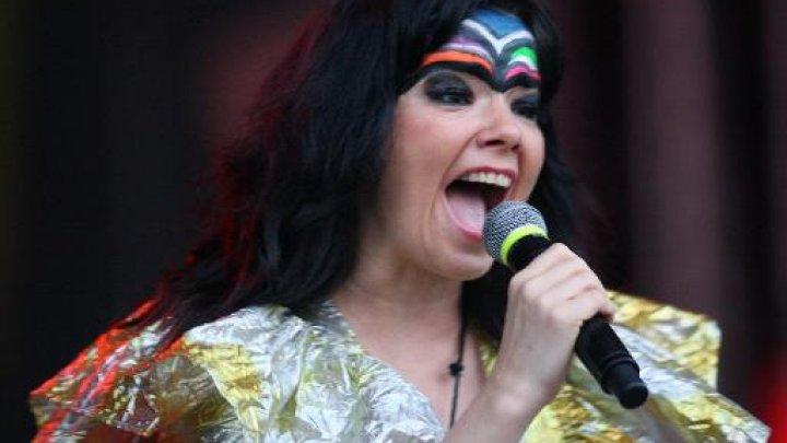 بيورك تصدر مجموعتها الغنائية قبل الموعد بعد تسرب اغان منها الى الانترنت