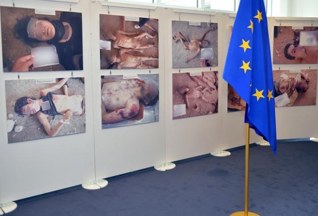 """معرض صور يوثق """"جرائم"""" النظام السوري بالبرلمان الأوروبي"""