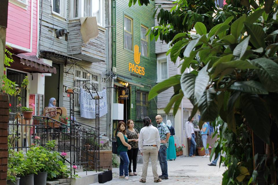 سوريون يربطون الثقافتين التركية و العربية في مكتبة بقلب اسطنبول