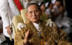 مئات الالاف يحتشدون في بانكوك لانشاد النشيد الوطني، تكريما للملك الراحل