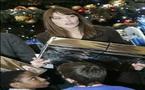 احراق حقائب تحمل صورة عارية لكارلا ساركوزي