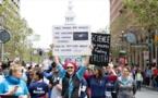 """آلاف الأمريكيين يشاركون في """"مسيرة من أجل العلم"""""""