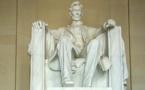 """عنصريون يعتدون على نصب """"أبراهام لنكولن"""" بواشنطن"""