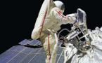 رائدا فضاء أمريكيان يجريان عملية سير لتركيب معدات خاصة بكاميرا