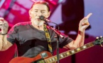 استقرار حالة المغني كريس ريا بعد سقوطه أثناء حفل غنائي