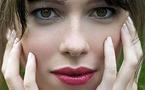 الصدر الحنون للممثلة الشابة ريبيكا هول كان السبب الرئيسي لانفصال كيت وينسلت عن زوجها