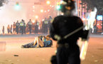 صورة قبلة ساخنة لعاشقين وسط  أعمال شغب تثير ضجة على الأنترنت