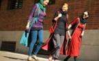 الحكم بالسجن لمدة عام على إيرانية خلعت حجابها في قلب طهران