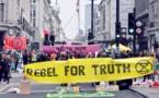 نشطاء البيئة يعودون إلى معالم لندن بينما تستدعي الشرطة تعزيزات