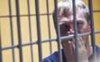 قصة صحفي معارض سجنه نظام بوتين وأفرج عنه بضغط شعبي