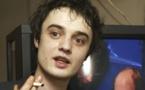 المغني البريطاني بيت دورتي يدفع غرامة لشرائه مخدرات في باريس
