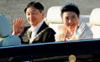 موكب إمبراطور اليابان وزوجته يجوب طوكيو بمناسبة اعتلاء العرش