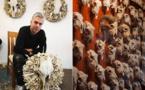 فنان نيوزيلندي يستخدم العظام والجماجم في أعماله النحتية