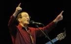 """وفاة """" ايقونة الاغنية الامازيغية"""" المطرب الجزائري إيدير في باريس"""
