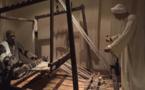 مصريون يحييون صناعة النسيج الفرعونى قرب معابد الأقصر