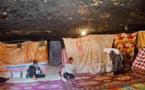 سوريون يختبئون في مغاور طبيعية محفورة في الصخر هرباً من القصف