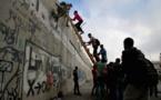 """فلسطينيون يتسلقون """"جدار الفصل"""" للصلاة في المسجد الأقصى"""