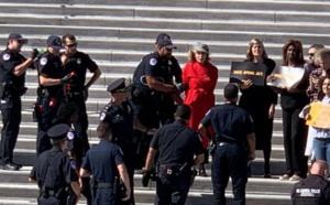 اعتقال جين فوندا أمام الكونغرس خلال مظاهرة دفاعا عن البيئة