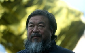 الفنان الصيني اي واي واي يغلف تماثيله بأغطية للتذكير بمعاناة اللاجئين